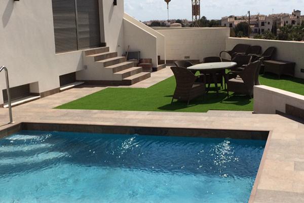 piscina césped artificial imagen
